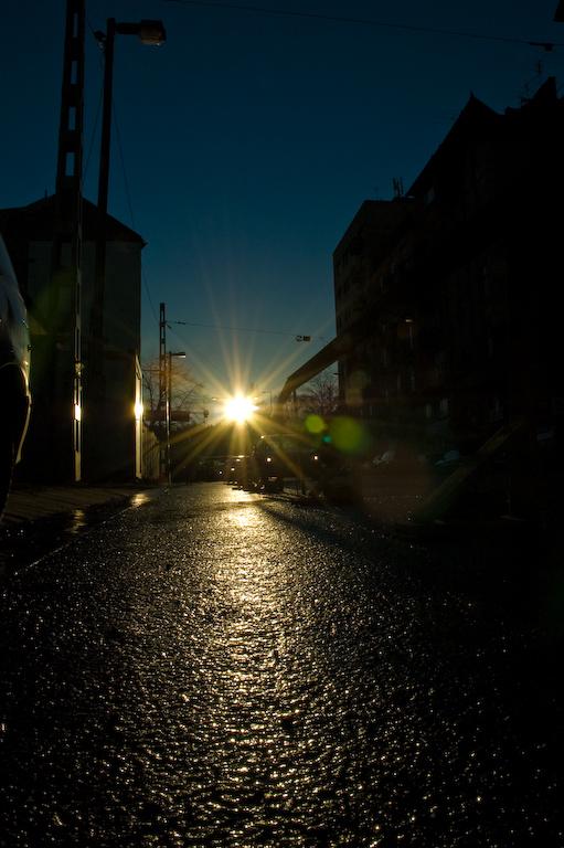 napsütötte esős utca